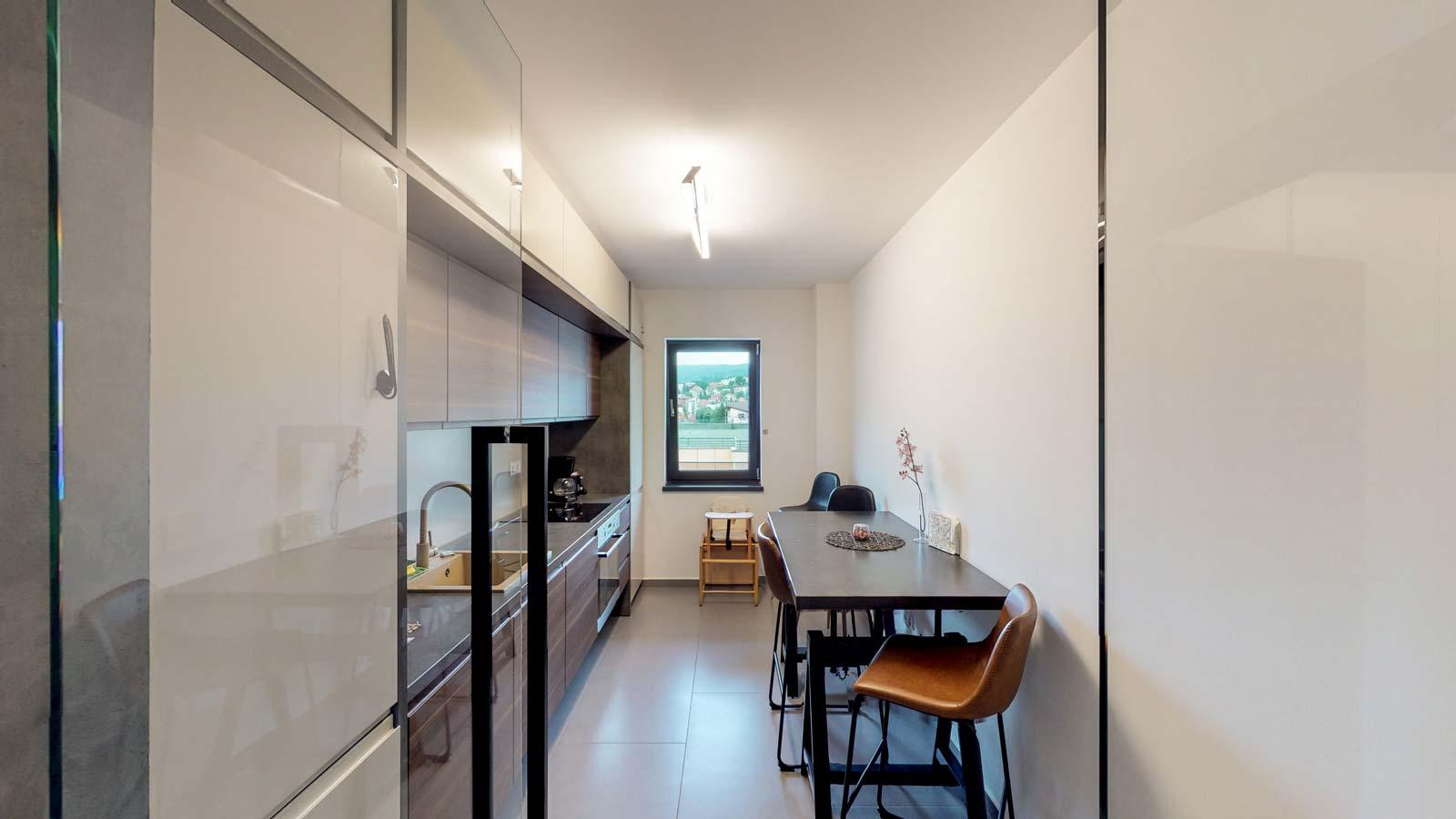 Bucătărie mobilată folosindu-se culori neutre, preponderent gri