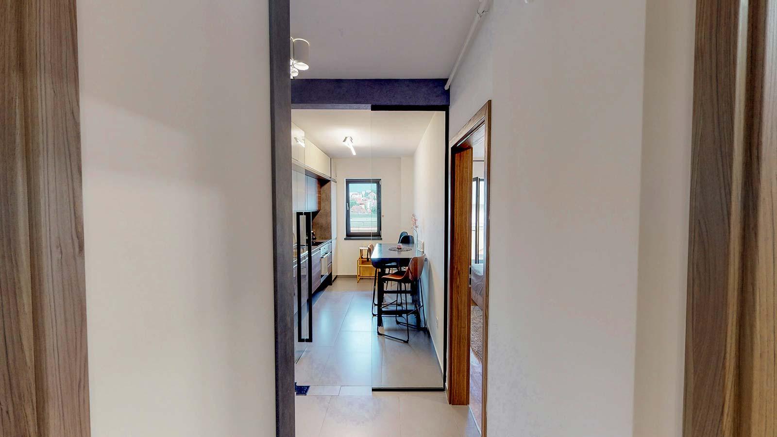 Imagine realizată din holul apartamentului, cadrul fiind îndreptat către intrarea în bucătărie